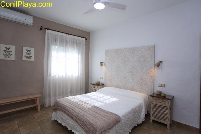 Dormitorio principal con una cama de matrimonio.