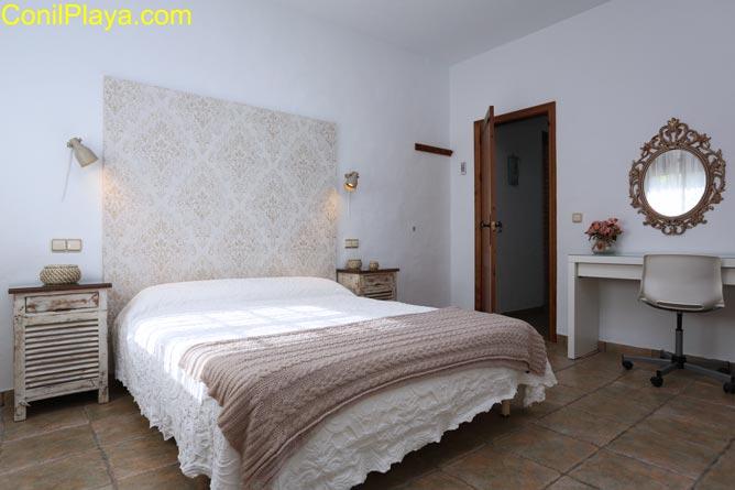 Dormitorio con cama de matrimonio y otra cama individual.