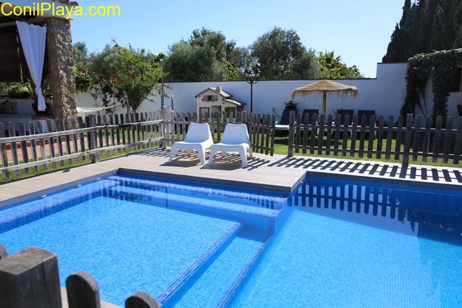 piscina con zona infantil.