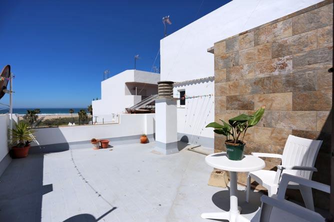 terraza con mesa y 2 sillas