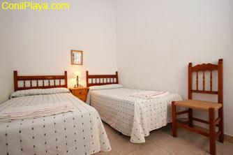 El dormitorio tiene 2 camas individuales.