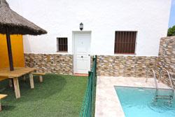 1 dormitorios,3 personas. Estudio de un dormitorio con piscina en zona muy tranquila de Conil. Patio privado con barbacoa.