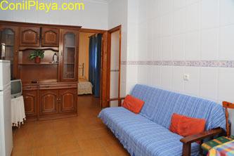 Salón del apartamento con sofá cama