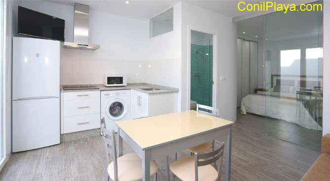 vista completa del estudio, con la cocina, el baño y el dormitorio