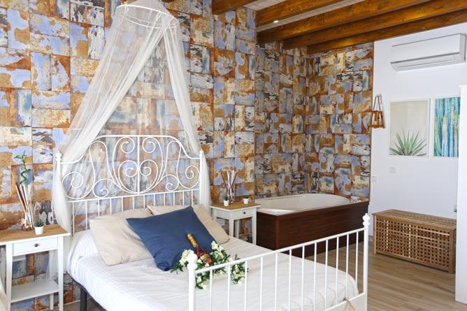dormitorio con cama con mosquitera