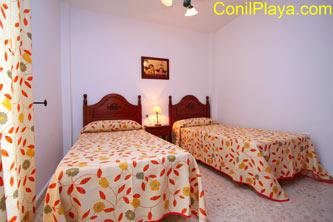 Dormitorio con dos camas individuales. Este dormitorio tiene patio.
