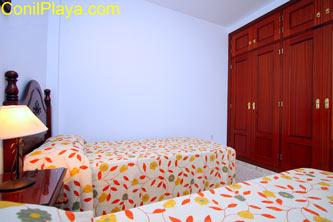 Armario empotrado del dormitorio de 2 camas y patio.