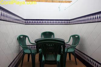 Patio con mesa y sillas junto a la cocina.