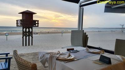 Cenando en el Restaurante La Fontanilla, contemplando la puesta de Sol. 16 de Agosto de 2009.