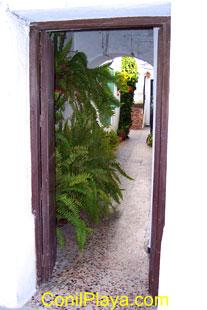 Zaguán (entrada a un patio). Normalmente existe una puerta principal de acceso al patio.