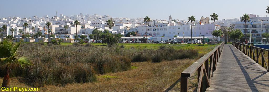 Conil de la Frontera, vista del pueblo desde las pasarelas de la playa
