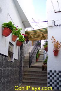 Los patios interiores de Conil conducen a varias casas.