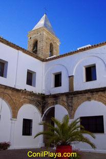 Patio que se encuentra junto a la iglesia de las Virtudes y el ayuntamiento de Conil.
