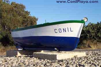 Barca a la entrada del pueblo.