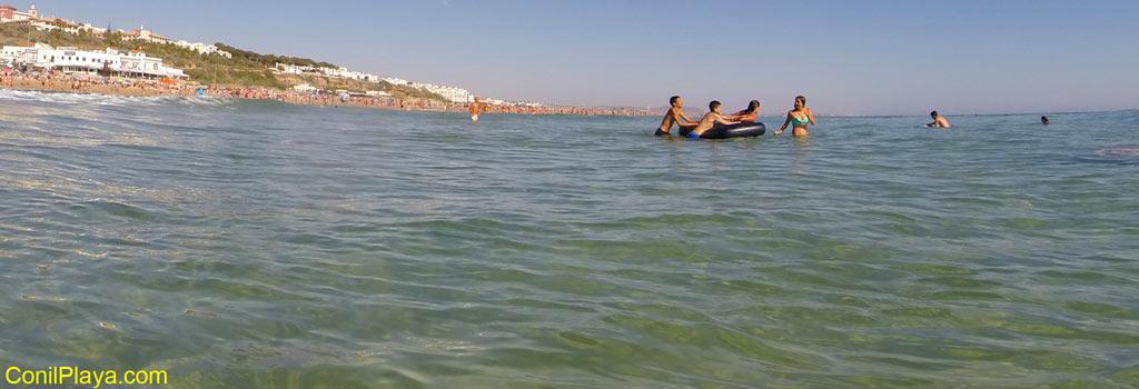 Bañandose en Conil, en la playa de la Fontanilla