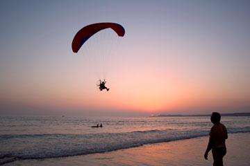 Parapente sobrevolando la playa de la Fontanilla en Agosto de 2008.