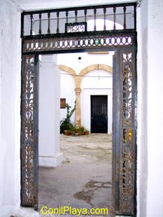 Puerta de entrada a un patio.