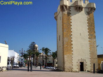 Torre de Guzman e iglesia de Santa Catalina al fondo.