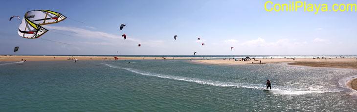 kitesurf en Conil, en la playa de Los Bateles.