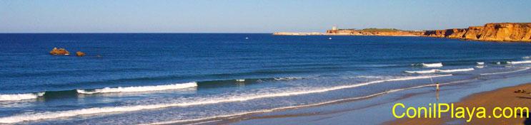 Vista de la playa de la Fuenta del Gallo, con las tres piedras.