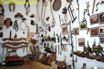 Museo de Raices Conileñas: Aperos o útiles antiguos.