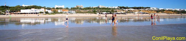 Paseando por la playa.