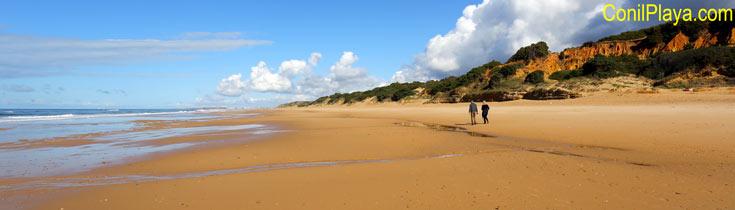 Playa de Roche, al fondo, la playa de El Puerco.