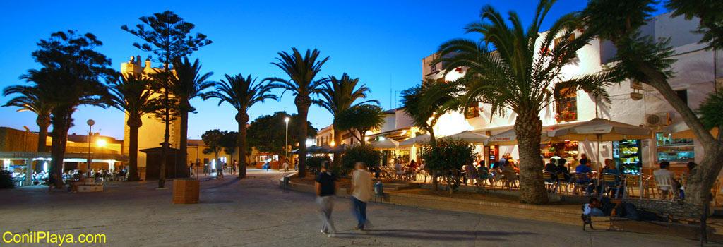 Plaza de Santa Catalina de noche con la Torre de Guzman al fondo.