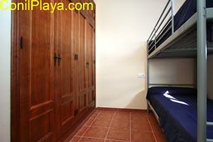 El dormitorio con literas tiene armario empotrado