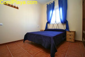 El dormitorio principal del chalet es amplio.