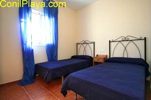 dormitorio con 2 camas individuales.