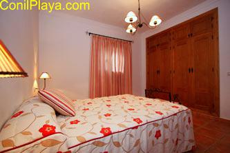 El dormitorio principal tiene armario empotrado.