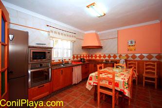 La cocina de la casa es amplia y está completamente equipada.