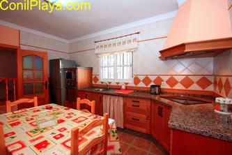 La cocina tiene una mesa bastante amplia.