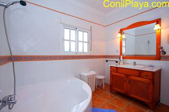 La bañera del cuarto de baño es muy amplia.