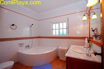 Cuarto de baño con bañera de grandes dimensiones.