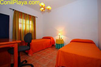 Dormitorio de 2 camas individuales con mesa escritorio.