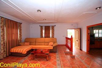 El salón es amplio y cómodo.