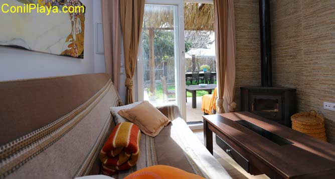 sofá y chimenea de leña