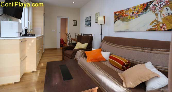 Interior con sofá, butaca y cocina