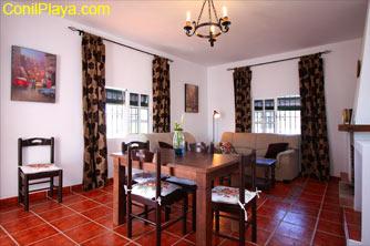 El salón y comedor es muy luminoso y cuenta con chimenea para el invierno.