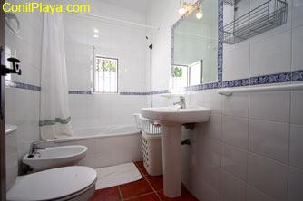 El cuarto de baño tiene bañera, ideal para bañar a los niños.