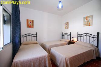 El segundo dormitorio tiene 3 camas.