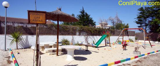 Zona de juegos para los más pequeños de la casa con toboganes, columpios, caballitos y juguetes.