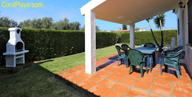 Porche con mesas y sillas de jardin