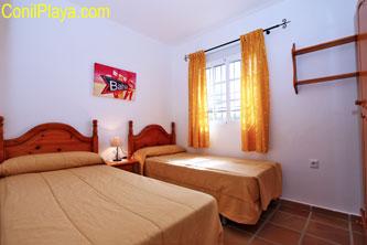 Dormitorio de dos camas individuales.