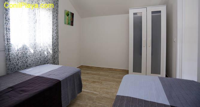El segundo dormitorio tiene 2 camas, la otra está debajo.