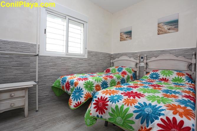 Dormitorio con dos camas indiviaduales.
