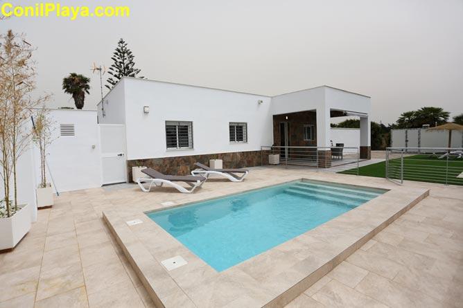Casa en El palmar con amplio jardin, aparcamiento y porche.