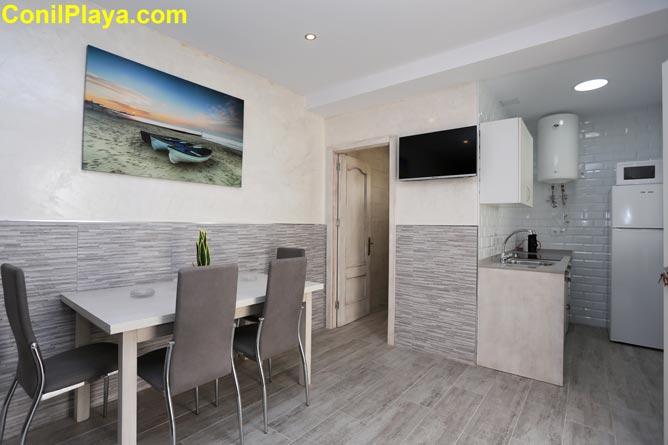 Vista general de la cocina, el salón y del comedor.